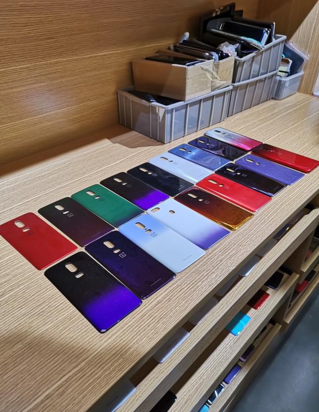 Τα πρωτότυπα του OnePlus 6 επιβεβαιώνουν ότι η εταιρεία εξέτασε μια σειρά από διάφορους χρωματικούς συνδυασμούς 1