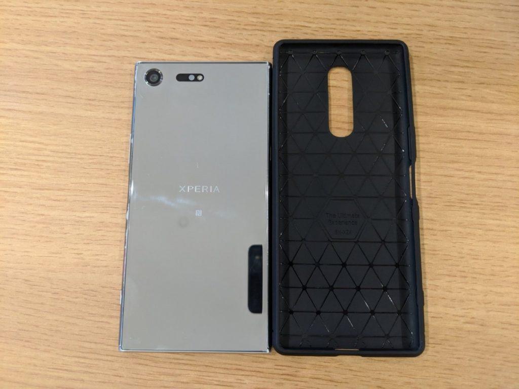 Γίνεται μια άτυπη σύγκριση της θήκης του Sony Xperia XZ4 με το μέγεθος ενός Xperia XZ Premium 3