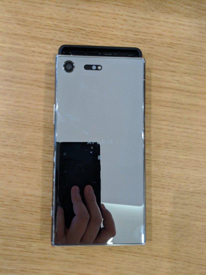 Γίνεται μια άτυπη σύγκριση της θήκης του Sony Xperia XZ4 με το μέγεθος ενός Xperia XZ Premium 2