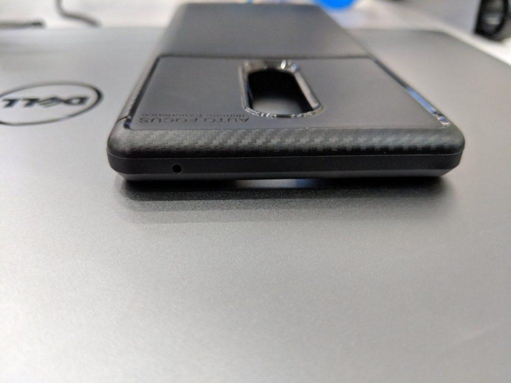 Γίνεται μια άτυπη σύγκριση της θήκης του Sony Xperia XZ4 με το μέγεθος ενός Xperia XZ Premium 1