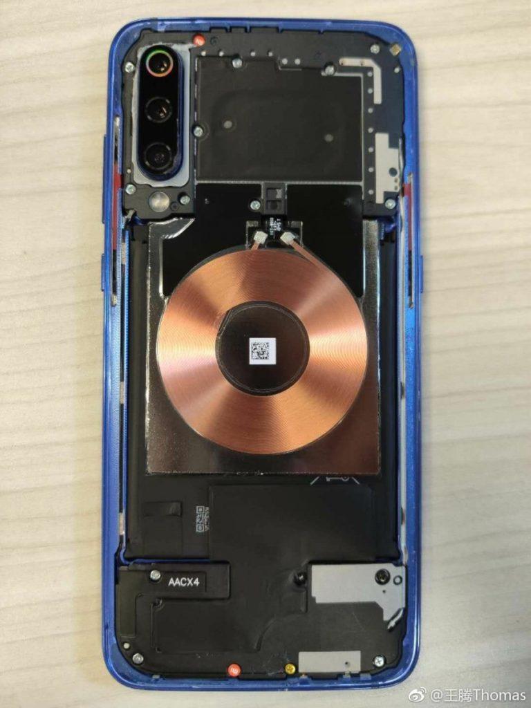 Το Xiaomi Mi 9 διαχωρίζεται και βλέπουμε λεπτομερώς το το ασύρματο πηνίο φόρτισης 20W και την τριπλή του κάμερα 1