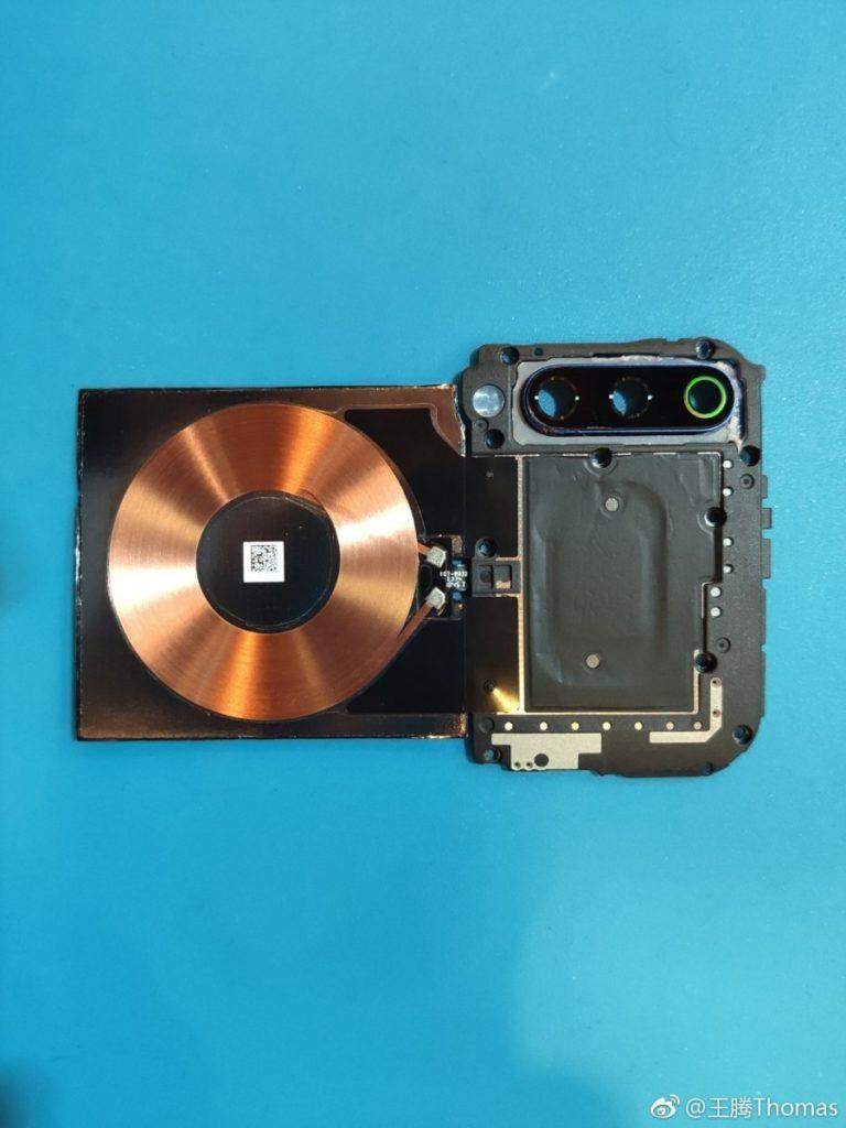 Το Xiaomi Mi 9 διαχωρίζεται και βλέπουμε λεπτομερώς το το ασύρματο πηνίο φόρτισης 20W και την τριπλή του κάμερα 3
