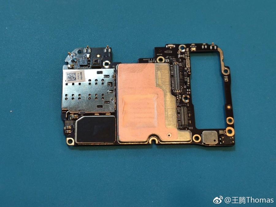 Το Xiaomi Mi 9 διαχωρίζεται και βλέπουμε λεπτομερώς το το ασύρματο πηνίο φόρτισης 20W και την τριπλή του κάμερα 4