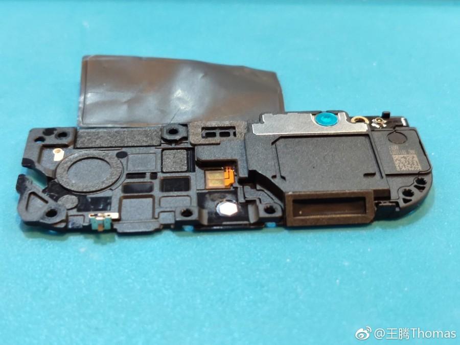 Το Xiaomi Mi 9 διαχωρίζεται και βλέπουμε λεπτομερώς το το ασύρματο πηνίο φόρτισης 20W και την τριπλή του κάμερα 5