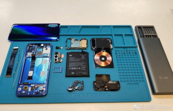 Το Xiaomi Mi 9 διαχωρίζεται και βλέπουμε λεπτομερώς το το ασύρματο πηνίο φόρτισης 20W και την τριπλή του κάμερα 6