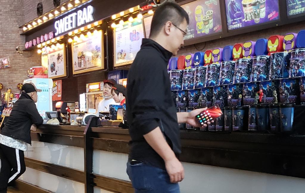 Σε μια καθημερινή του έξοδο, ο Lu Weibing εντοπίστηκε να κρατά στο χέρι του ένα νέο μοντέλο Redmi 1