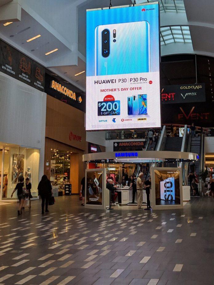 huawei billboard samsung 696x929 Χλευασμός και πάλι από την Huawei που κρέμασε τεράστια διαφημιστική πινακίδα του P30 έξω από κατάστημα της Samsung