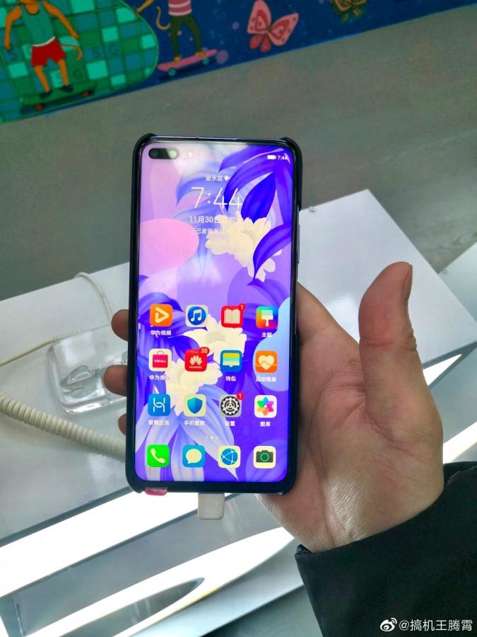 Στο χέρι ενός χρήστη εμφανίζεται το Huawei Nova 6 λίγο πριν από την επίσημη κυκλοφορία του 1