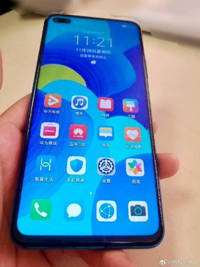 Στο χέρι ενός χρήστη εμφανίζεται το Huawei Nova 6 λίγο πριν από την επίσημη κυκλοφορία του 3