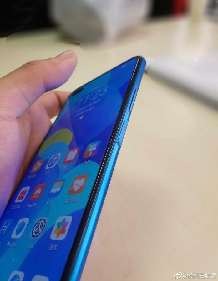 Στο χέρι ενός χρήστη εμφανίζεται το Huawei Nova 6 λίγο πριν από την επίσημη κυκλοφορία του 5