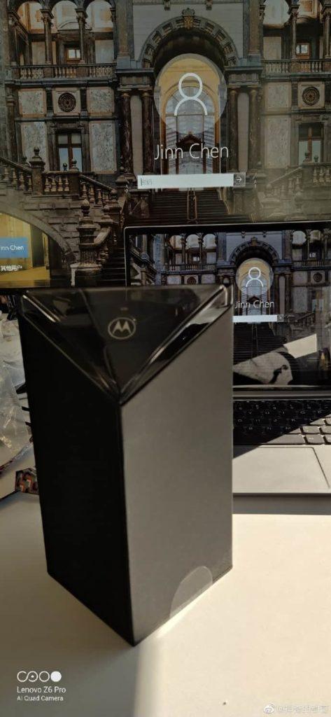 Προβολή του νέου πτυσσόμενου Motorola RAZR μαζί με το κουτί του 2