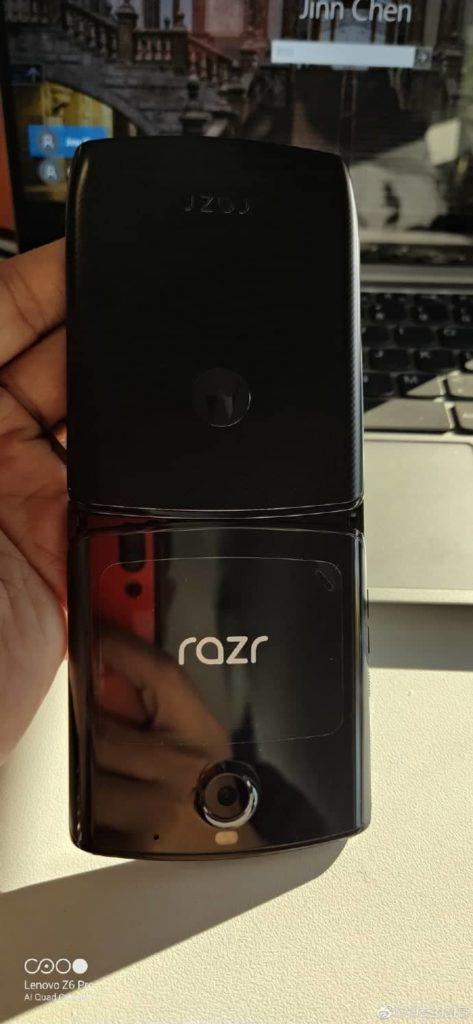 Προβολή του νέου πτυσσόμενου Motorola RAZR μαζί με το κουτί του 3