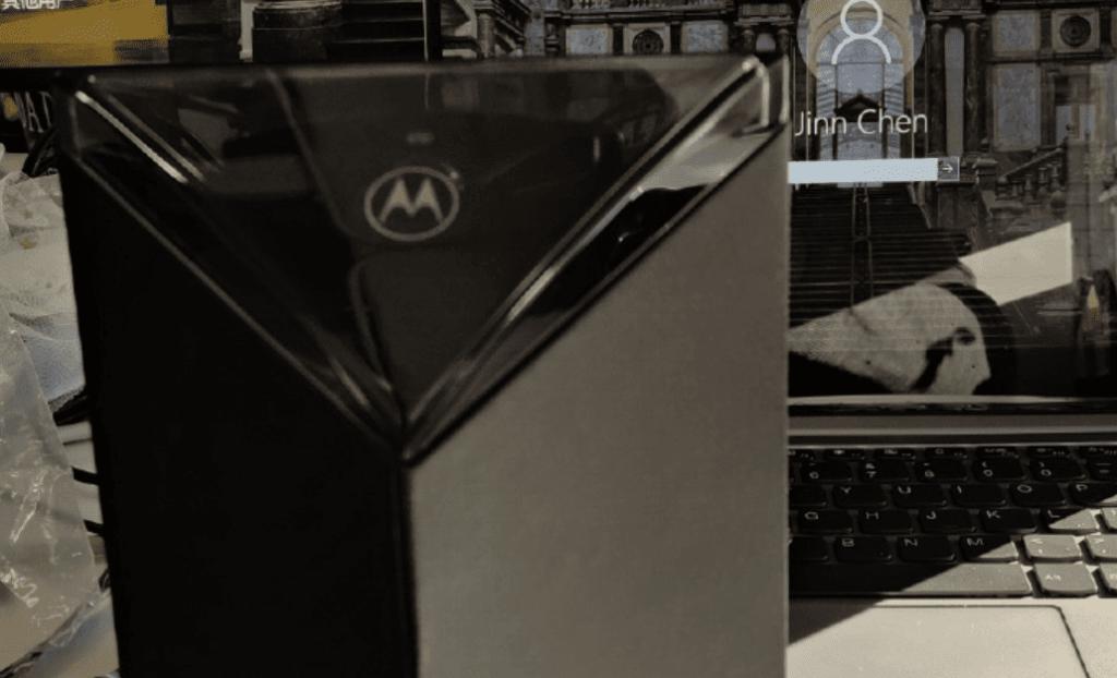 Προβολή του νέου πτυσσόμενου Motorola RAZR μαζί με το κουτί του 1