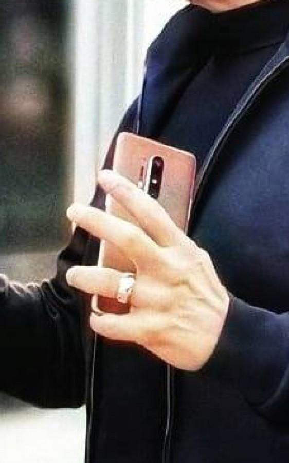 Στα χέρια του γνωστού Robert Downey Jr εντοπίστηκε το OnePlus 8 Pro 1